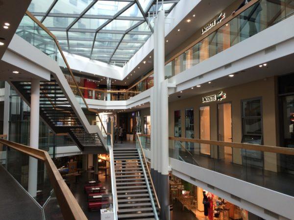 Viele kleine, stilvoll eingerichtete Läden von renommierter Hersteller lassen dein Shopping-Herz höher schlagen.