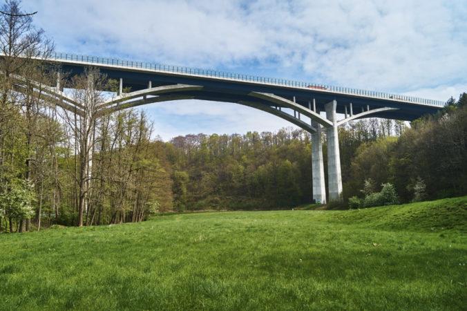 Die gewaltige Lockwitztalbrücke ist ein wahrer Blickfang