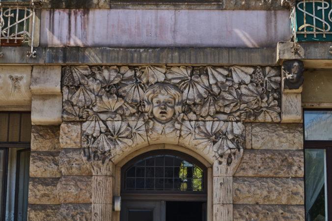 Portal auf der Bundschuhstraße mit herausrufenden Frauenkopf