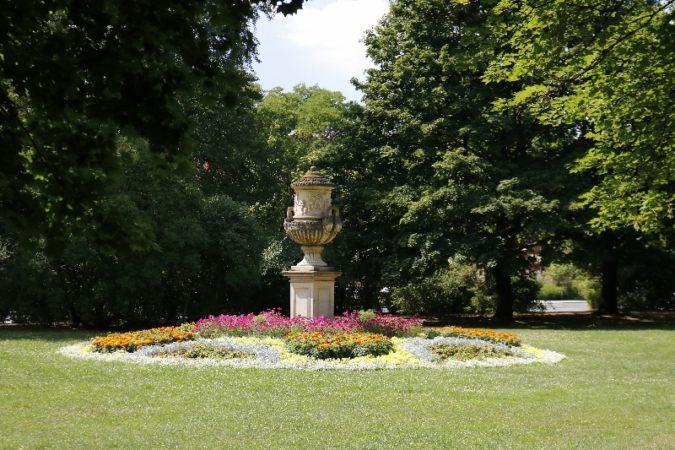 Der Park Bürgerwiese in Dresden eignet sich perfekt für gemütliche Spaziergänge im Grünen.