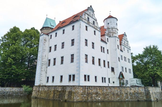 Zauberschloss Schönfeld mit breitem Wassergraben