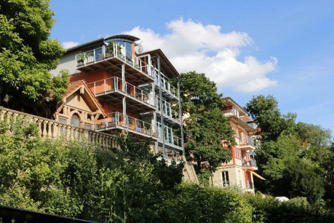Große, helle Wohnungen am Hang ermöglichen eine weite Sicht über Dresden
