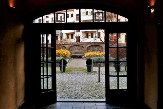 Häufig führt eine Passage durch einen schönen Innenhof weiter zur nächsten Passage.
