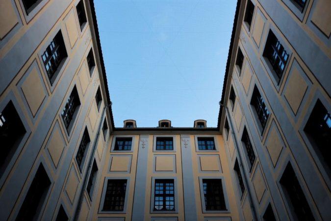 Der Blick in den freien Himmel lässt die Häuser nur noch heller strahlen.