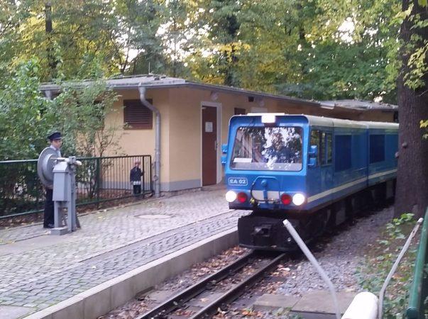 21 neue Jungs und Mädels gehen neu in den Dienst der Parkeisenbahn und werden Fahrdienstleiter, Schrankenwärter oder Zugbegleiter.   Foto: Jan Claus