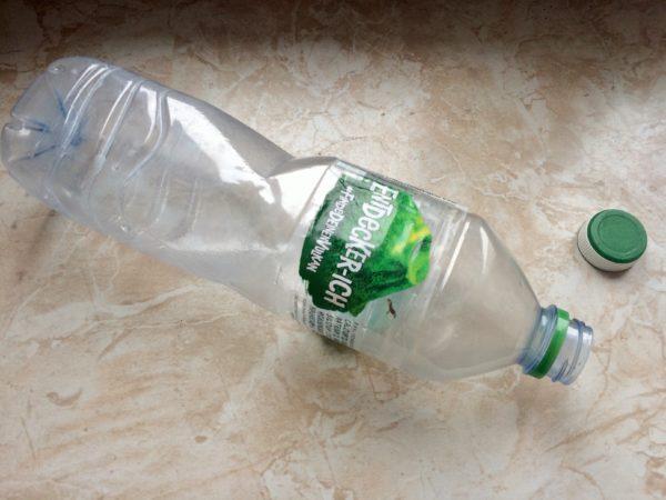 Trenne den Deckel von der Pfandflasche. Flasche in den Pfandautomaten, Deckel zur Lagerstelle. | Foto: Susann Hering