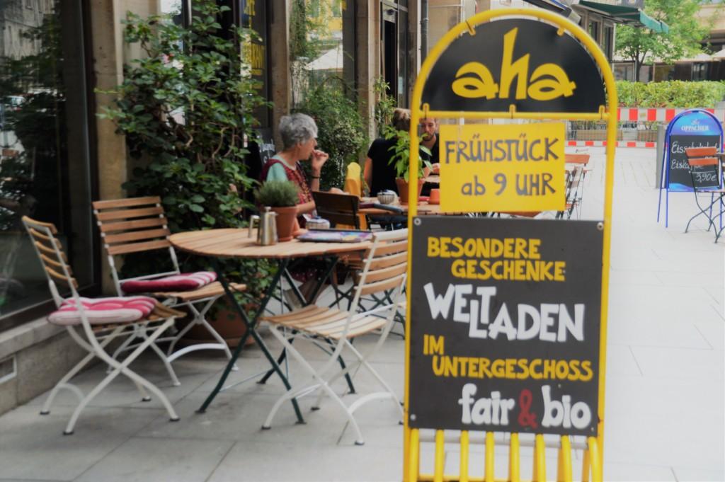 Im Aha Ladencafe fühlt man sich wohl. Egal ob für den Hunger, Durst oder wenn ihr euch etwas schönes kaufen wollt, hier werdet ihr fündig und glücklich!