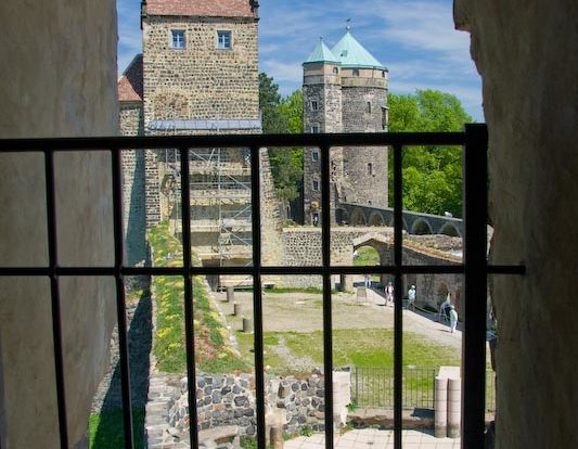 Blick durch ein Fenster nach draußen