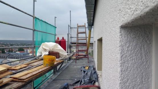 An den obersten Etagen des Hochhauses ist die Fassade schon fertig.
