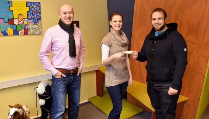 Simon Baumheier und Marcus Franke vom heydresden-Team übergeben den Spendenscheck an Kathleen Ast vom Sonnenstrahl e.V.