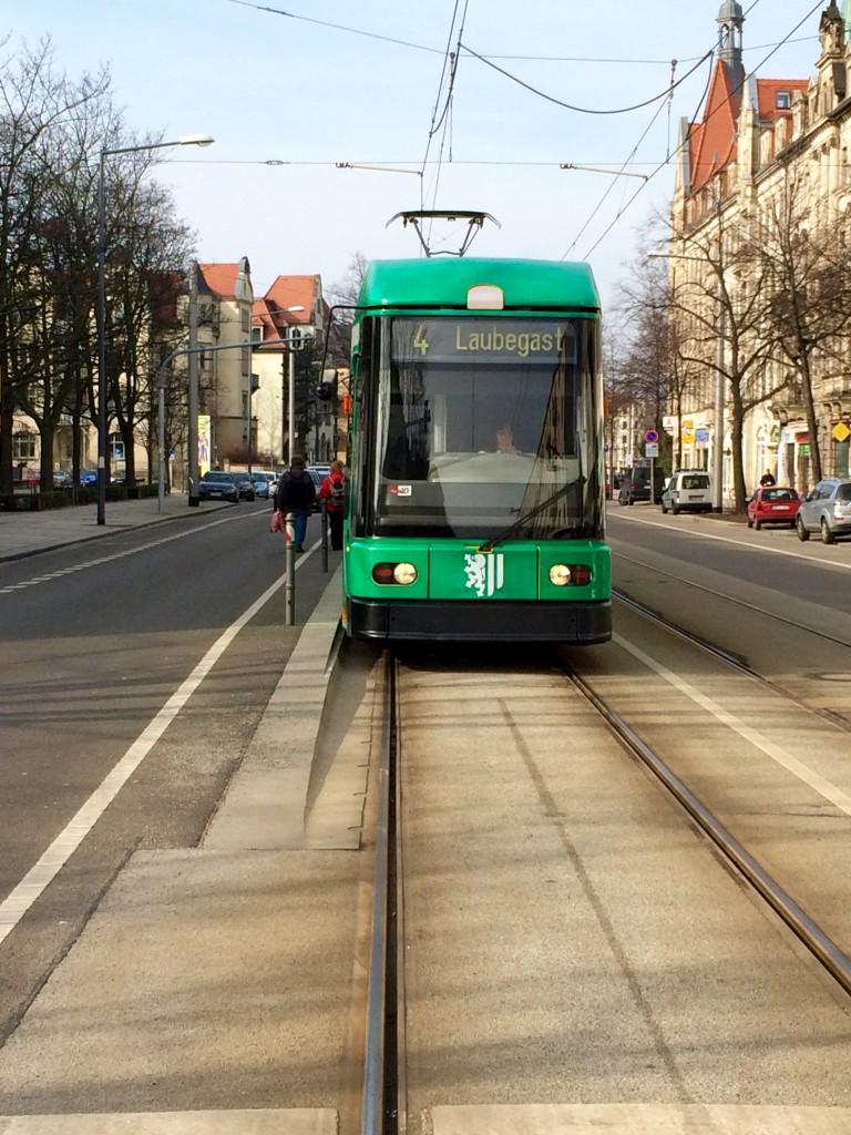 Striesen bietet eine sehr gute Anbindung mit öffentlichen Verkehrsmitteln. Mit der Bahn brauchst du nur ca. 10 Minuten in die Innenstadt.