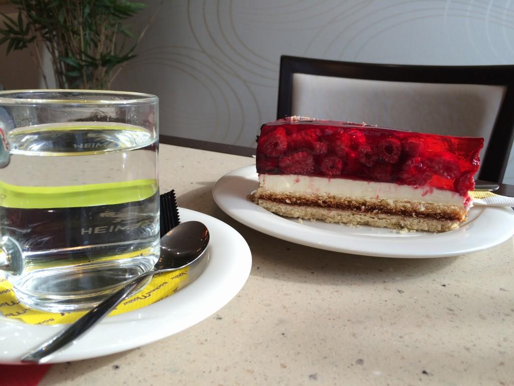 Ein leckeres Stück Kuchen und einen heißen Kaffee kannst du in einem Café auf der Borsbergstraße genießen.