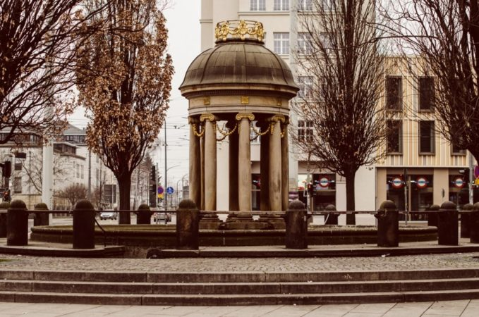 Der Artesische Brunnen am Albertplatz besteht aus einem Brunnenhaus, einem Trinkbrunnen und einer Fontäne mit Wasserbecken.
