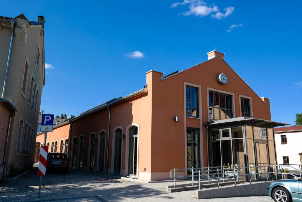 ehemaliger Straßenbahnhof in Kreischa, heute Bibliothek und Information
