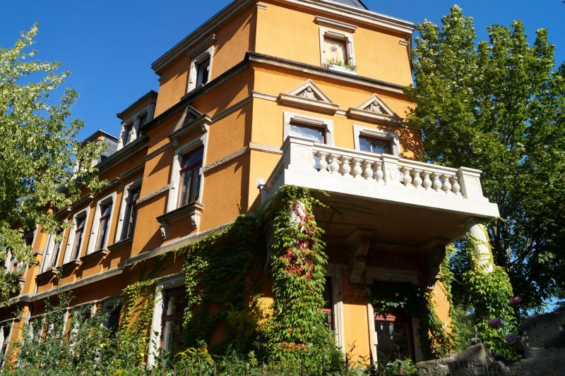 Eine repräsentative Villa an der Fischhausstraße mit begrünter Außenwand