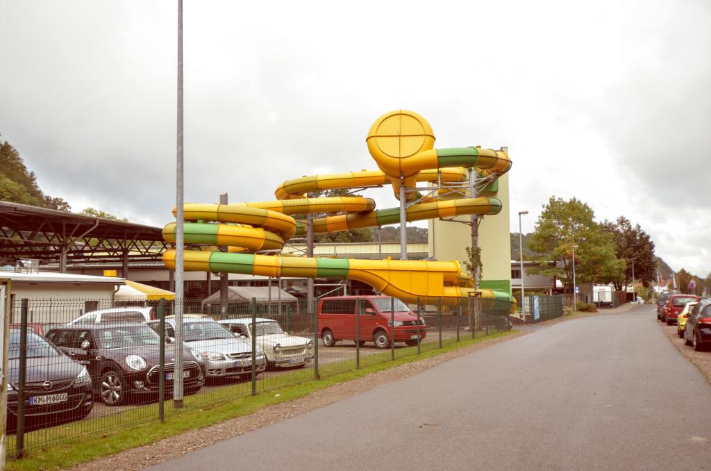 """Im Hintergrund: die Mega-Rutschen vom Freizeitzentrum """"Hains"""""""