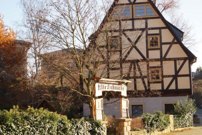 """Die Gaststätte """"Alte Schmiede"""" wurde im Fachwerkstil erbaut."""