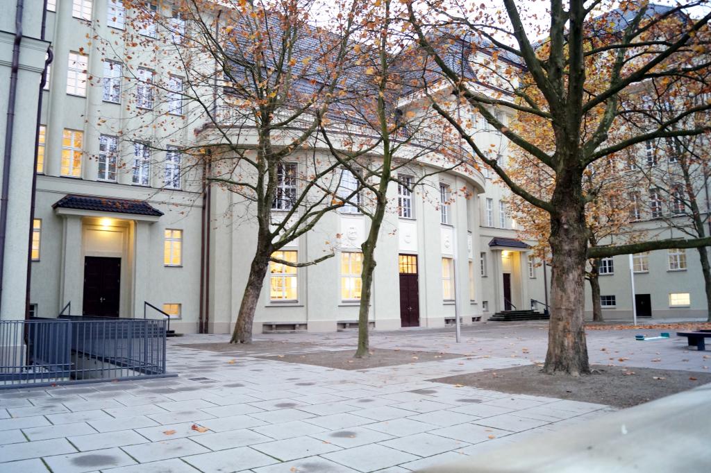 Das Hans Erlwein Gymnasium in Gruna wirkt sehr modern und einladend