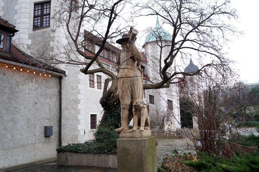 Diese traditionelle Figur befindet sich vor dem Jägerhof und begrüßt die Gäste des Museums.