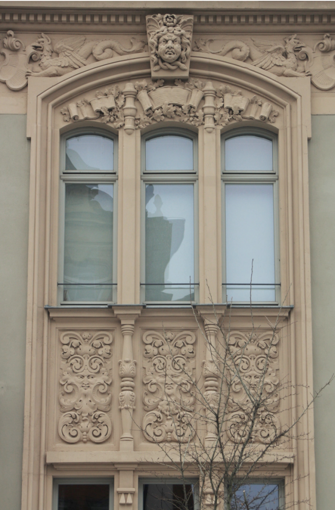 Verzierte Häuserfassaden laden dich zum Bestaunen ein