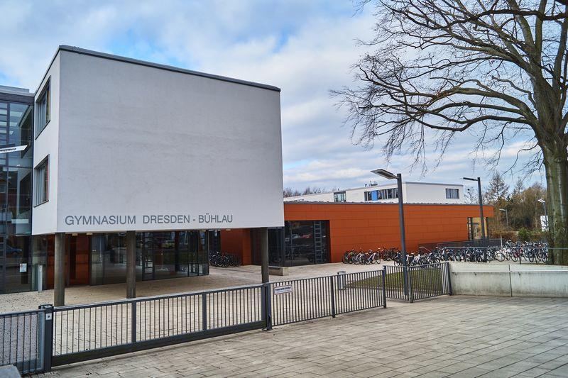Das Gymnasium in Bühlau wirkt sehr modern und bietet viel Platz
