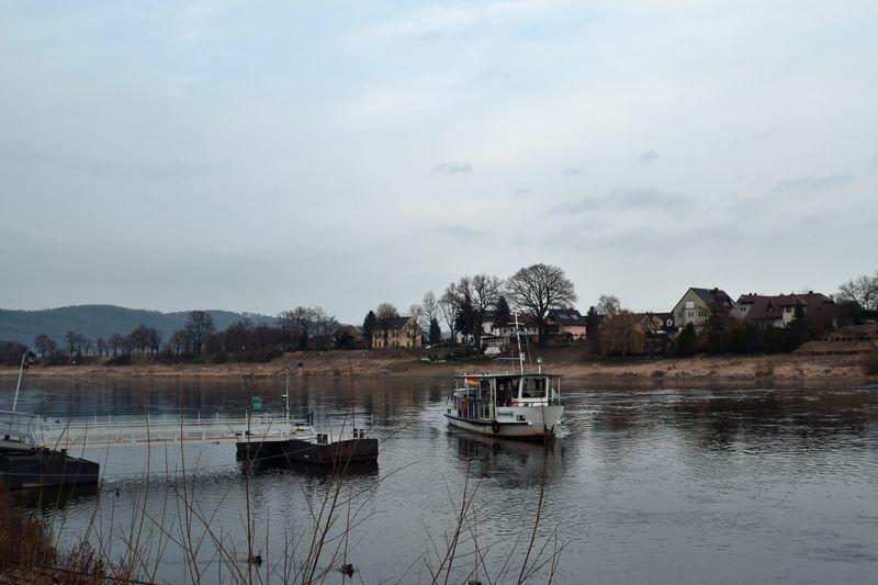 Die Fähre bringt die Anwohner über die Elbe