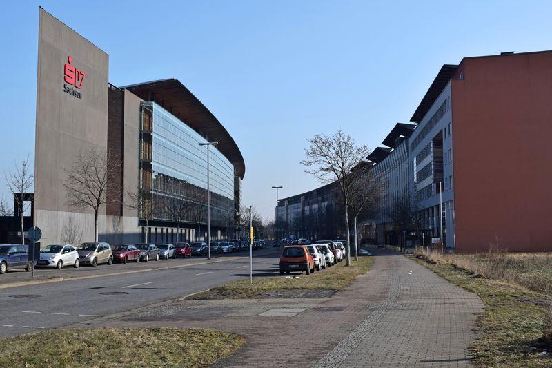 Moderne Architektur und Rundhäuser finden sich am Gewerbegebiet an der Flutrinne