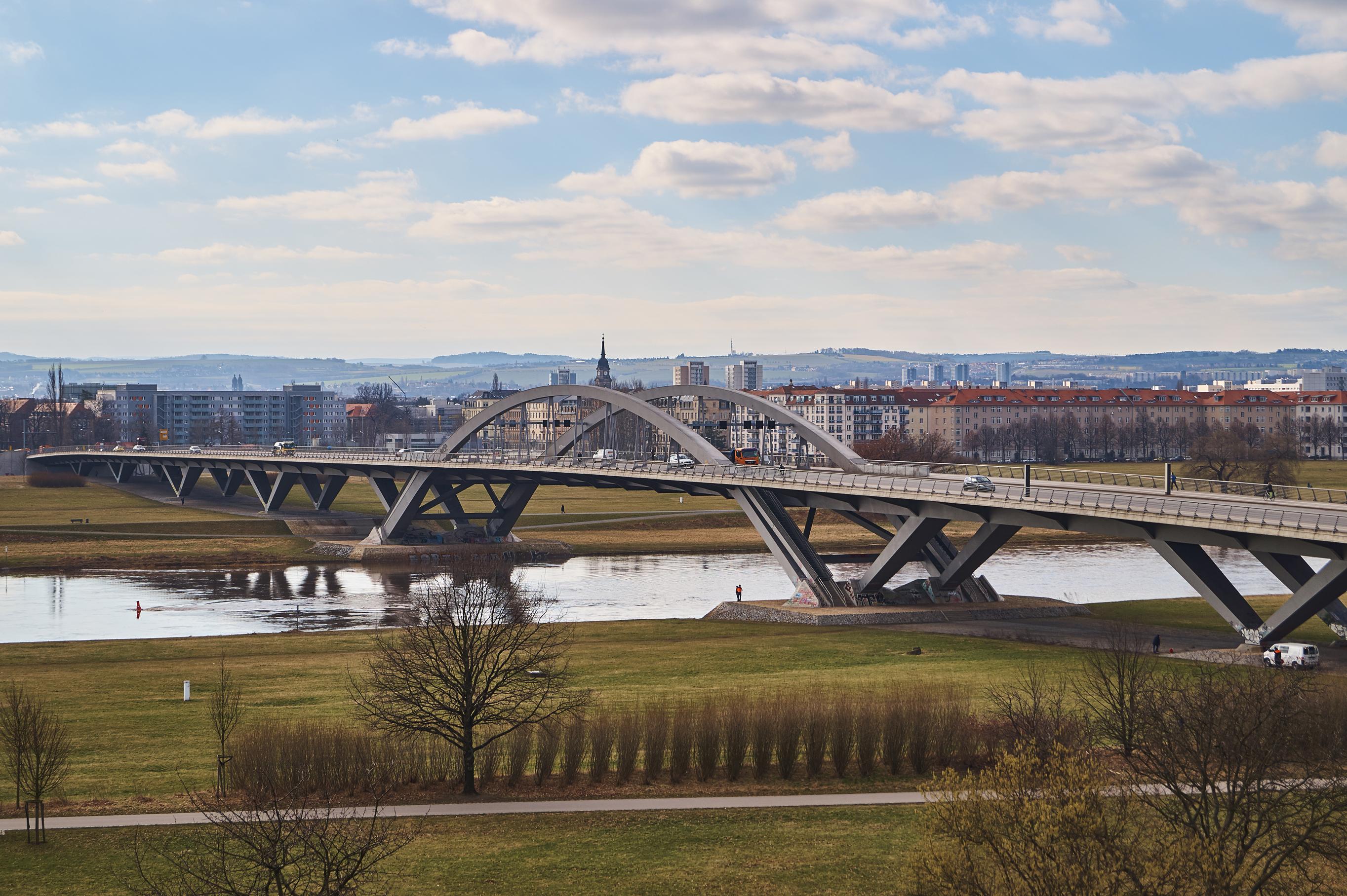 Die Waldschlösschenbrücke verbindet Johannstadt mit der anderen Elbseite