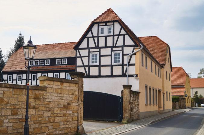 Die zahlreichen Bauernhäuser und Fachwerkbauten verleihen dem Stadtteil einen ländlichen Charme