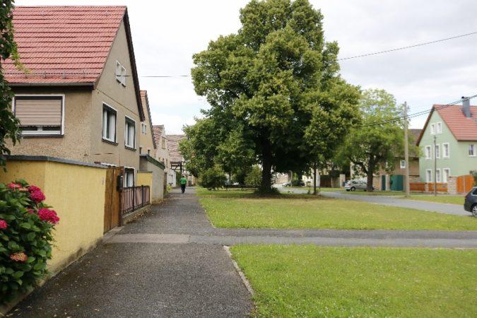 Die urige Straße am Dorfkern in Altkaditz mit vielen Fachwerkhäusern und den dazugehörigen Innenhöfen.