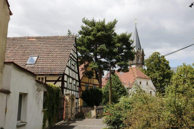 Der historische Dorfkern in Altkaditz mit Blick auf die Turmspitze der Emmanuskirche.