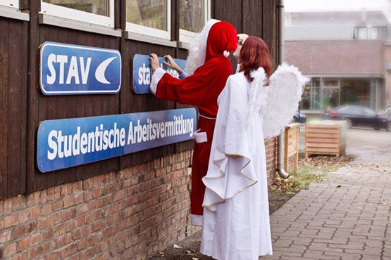Bei zwei Workshops lernt man alles, was es braucht ein perfekter Weihnachtsmann oder Engel zu sein.