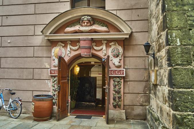 Das Barocke Eingangsportal des ehemaligen Weinkellers der Hellerschänke in Hellerberge, befindet sich heute an der Brühlschen Terasse und wurde vermutlich von Permoser errichtet.