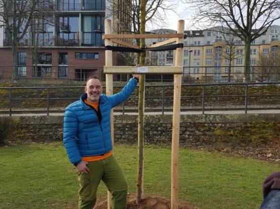 Mario steht stolz und froh am ersten Tree of Memory | Foto: Romy Stein