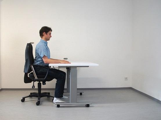 Ich sitze jeden Tag viel zu lang am Schreibtisch und irgendwann tut mir der Rücken weh! Muss doch nicht sein! | Foto: Jan Claus