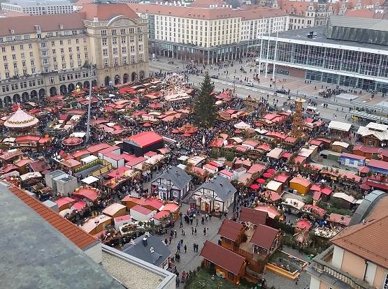Der Weihnachtsbaum auf dem Striezelmarkt ist jedes Jahr der Mittelpunkt des Geschehens. | Foto: Jan Claus