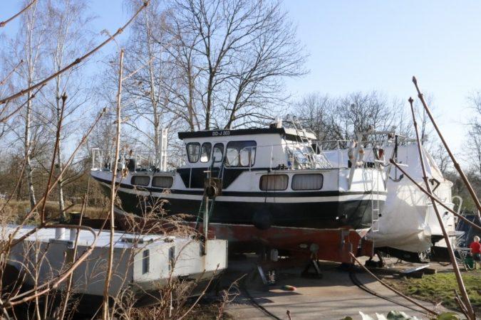 Am gemütlichen Hafen befinden sich viele unterschiedliche Boote.
