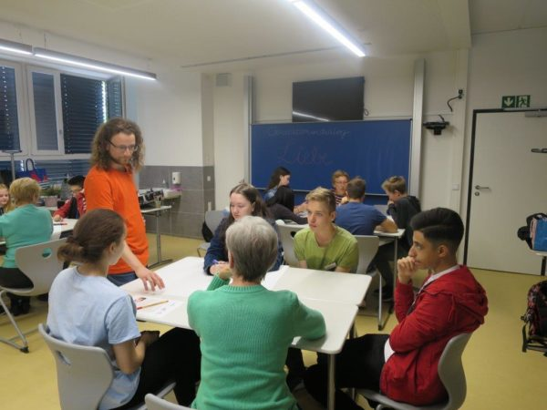Die Seniorin Rose Mischke erfasst mit den Achtklässlern die Aufgabenstellung, bevor sie Erkenntnisse dokumentieren  Bild: Romy Stein