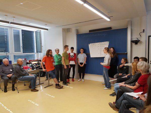 Zum Schluss der Doppelstunden präsentieren die Gruppen die Erkenntnisse ihres Dialogs  Bild: Romy Stein