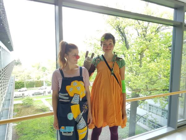 Olivia und Clownazubi Frau Jojo mit Handpuppe Schnecke  Bild: Romy Stein