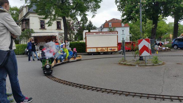 Mini-Dampfeisenbahn rollt in Altkleinzschachwitz um die Laterne und lädt zum Mitfahren ein. | Bild: Zschachwitzer Dorfmeile e.V.