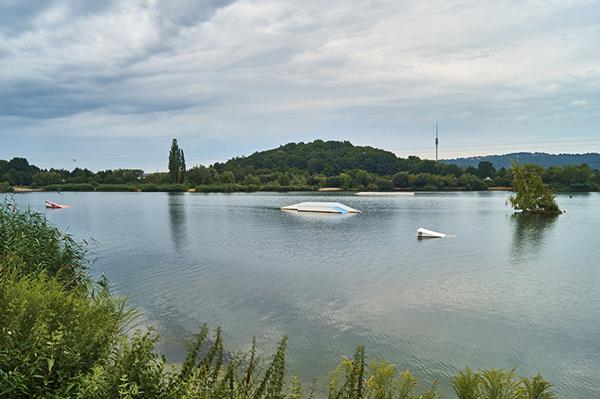 Blick auf die Wassersportanlagen des Kiessee Leuben in Dresden