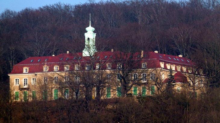 Versteckt in Wachwitz liegt dieses wunderschöne Schloss. Von da aus gibt es einen wunderbaren Blick auf das Elbtal. | Bild: Dr. Bernd Gross/Wikipedia CC Lizenz